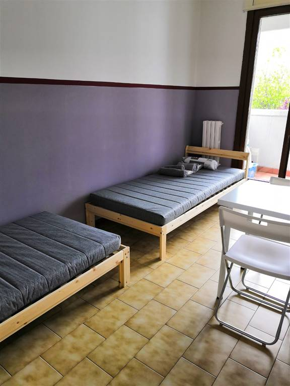 AFFITTASI STANZA DOPPIA per brevi periodi: Camera: - 2000s (camera doppia con balcone) Canone mensile: 640€ stanza - 320€ a posto letto Le stanze si