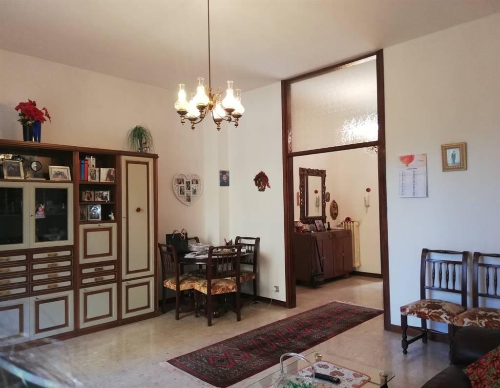 Appartamento al piano rialzato in contesto molto curato,tranquillo e circondato dal verde. In zona piscina, vicino al centro stazione del treno e a