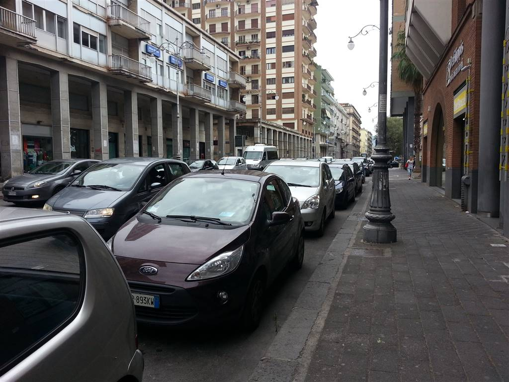 CENTRO, SALERNO, Shop for rent of 160 Sq. mt., Good condition, Heating Individual heating system, Energetic class: G, placed at Ground, composed by: