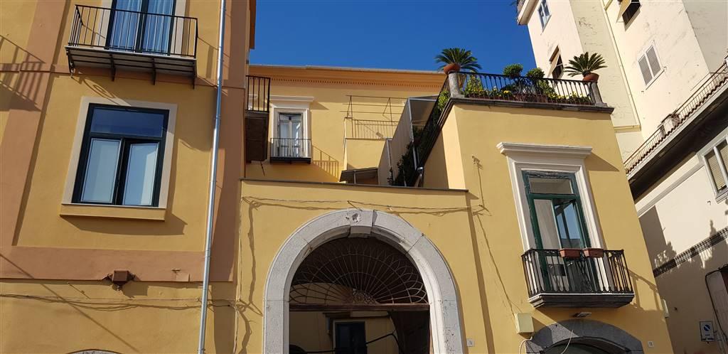 Trilocale in Via Guarna, Centro Storico, Salerno