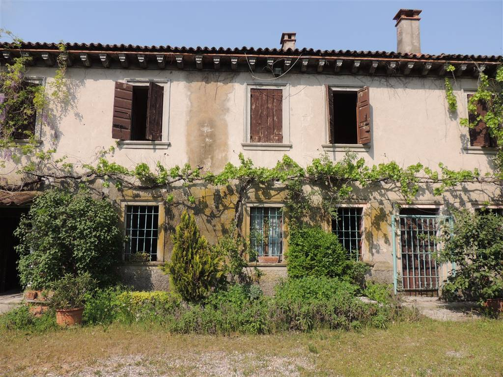 PRADELLE, NOGAROLE ROCCA, Farmhouse for sale of 473 Sq. mt., Be restored, Energetic class: G, Epi: 230,26 kwh/m2 year, composed by: 10 Rooms, , 6