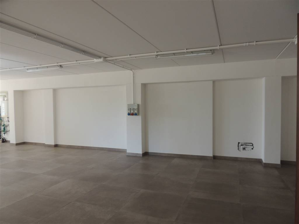 VILLAFRANCA DI VERONA, Laboratory for rent of 166 Sq. mt., Good condition, Heating Individual heating system, Energetic class: G, Epi: 230,69 kwh/m3
