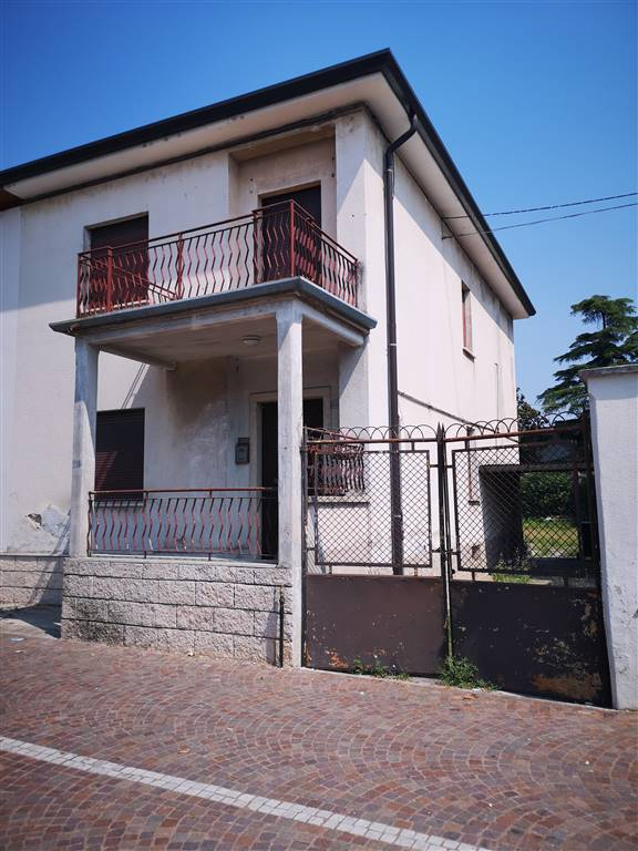 VILLAFRANCA DI VERONA, Semi detached house for sale of 191 Sq. mt., Be restored, Heating Individual heating system, Energetic class: G, placed at