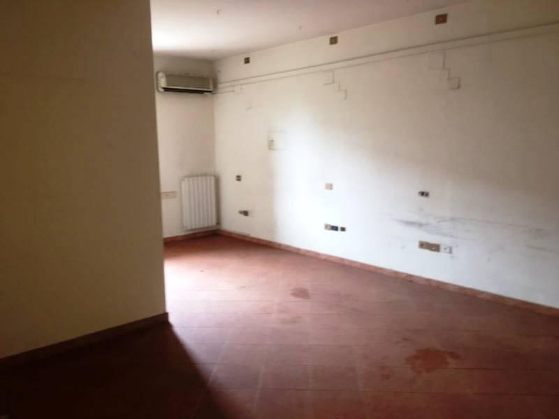 SANT'ANTONIO ABATE, Ufficio in affitto di 200 Mq, Buone condizioni, Classe energetica: G, Epi: 1 kwh/m3 anno, posto al piano 1°, composto da: , 2