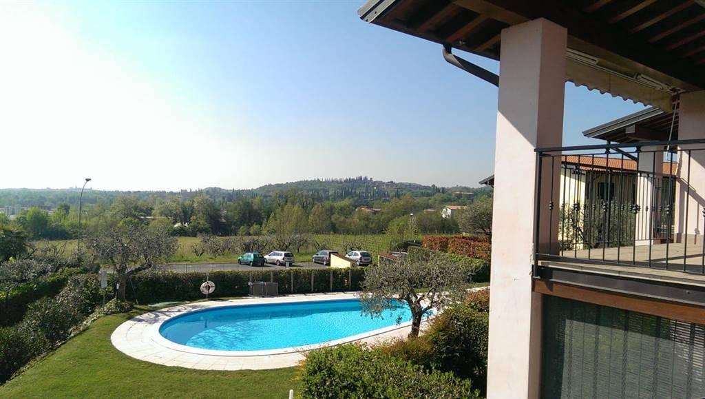 Foto vista terrazza giardino e piscina