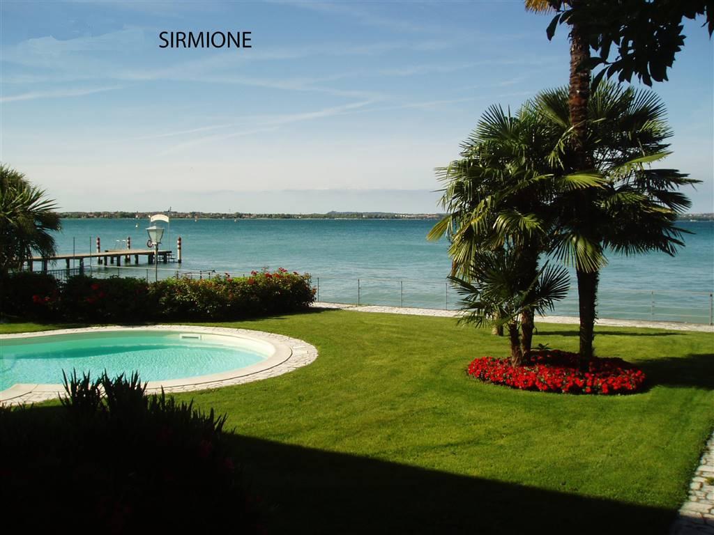 Foto piscina e giardino vista lago 2