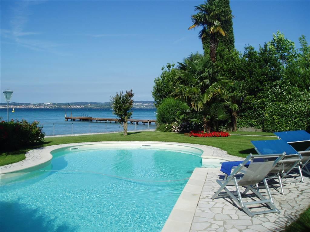 Foto piscina e giardino vista lago 1