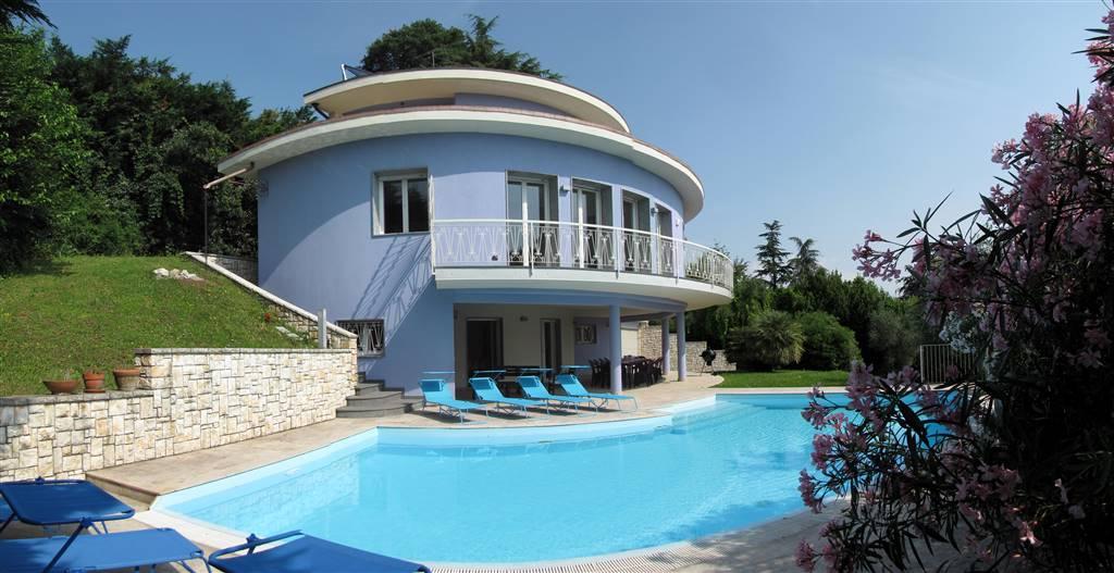 Foto piscina e villa 1