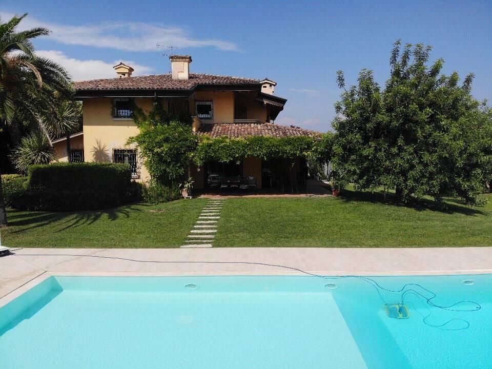 Foto piscina e villa 2
