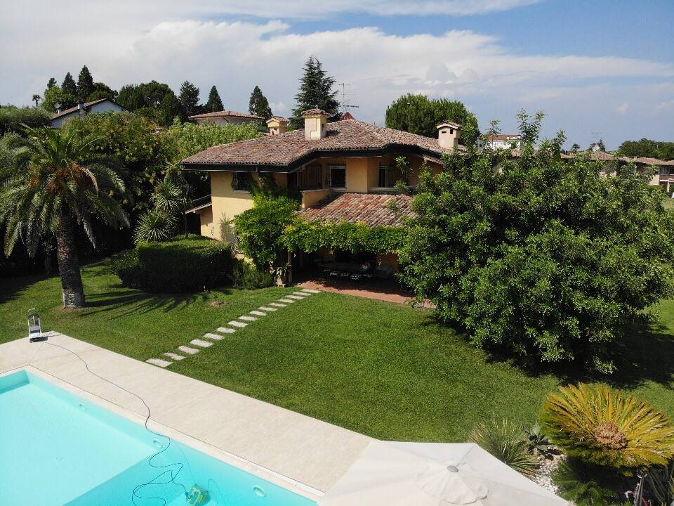 Foto villa e piscina