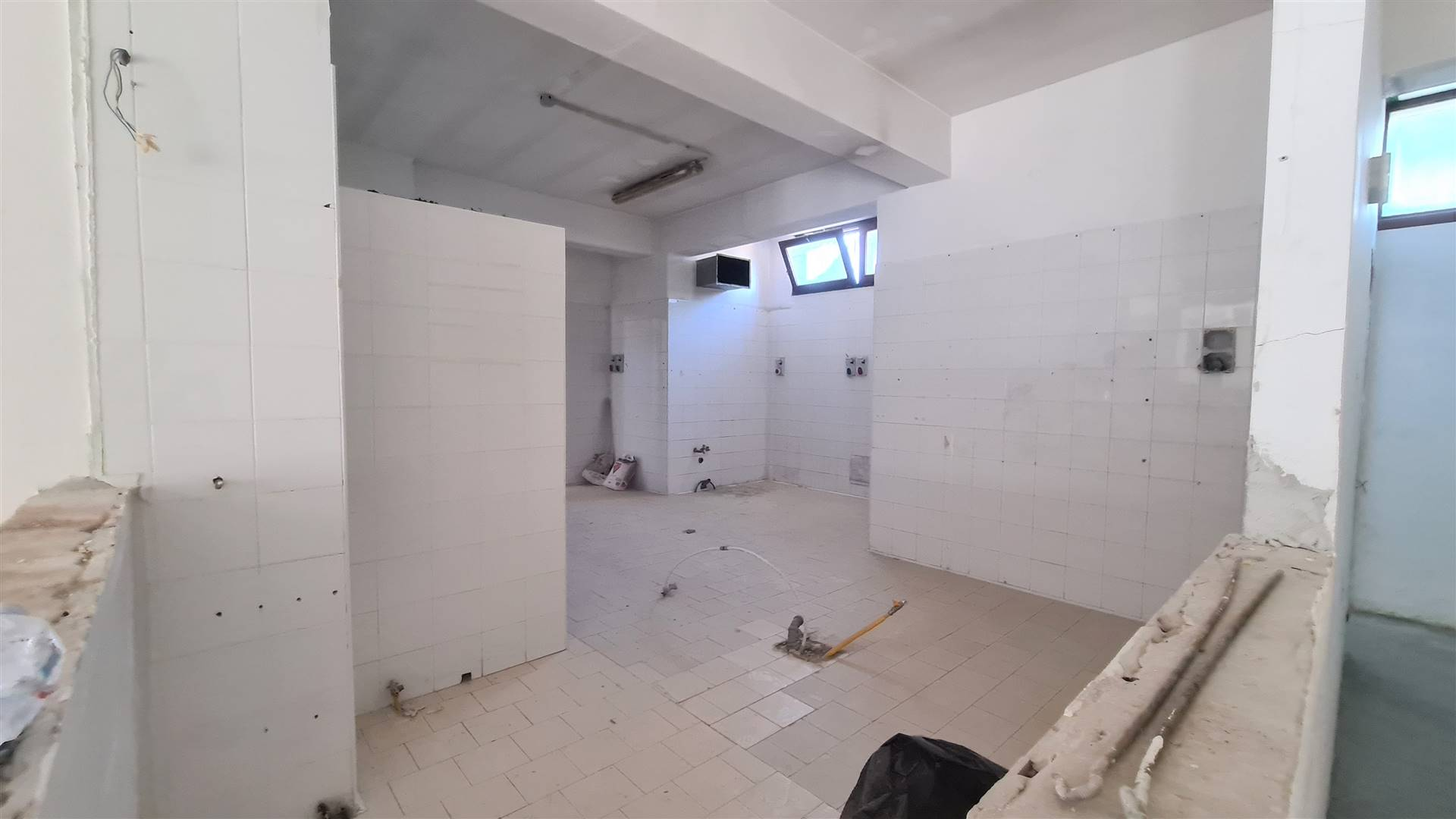 LF213D-Locale Commerciale-SANTA-MARIA-CAPUA-VETERE-Via-Pezzella-