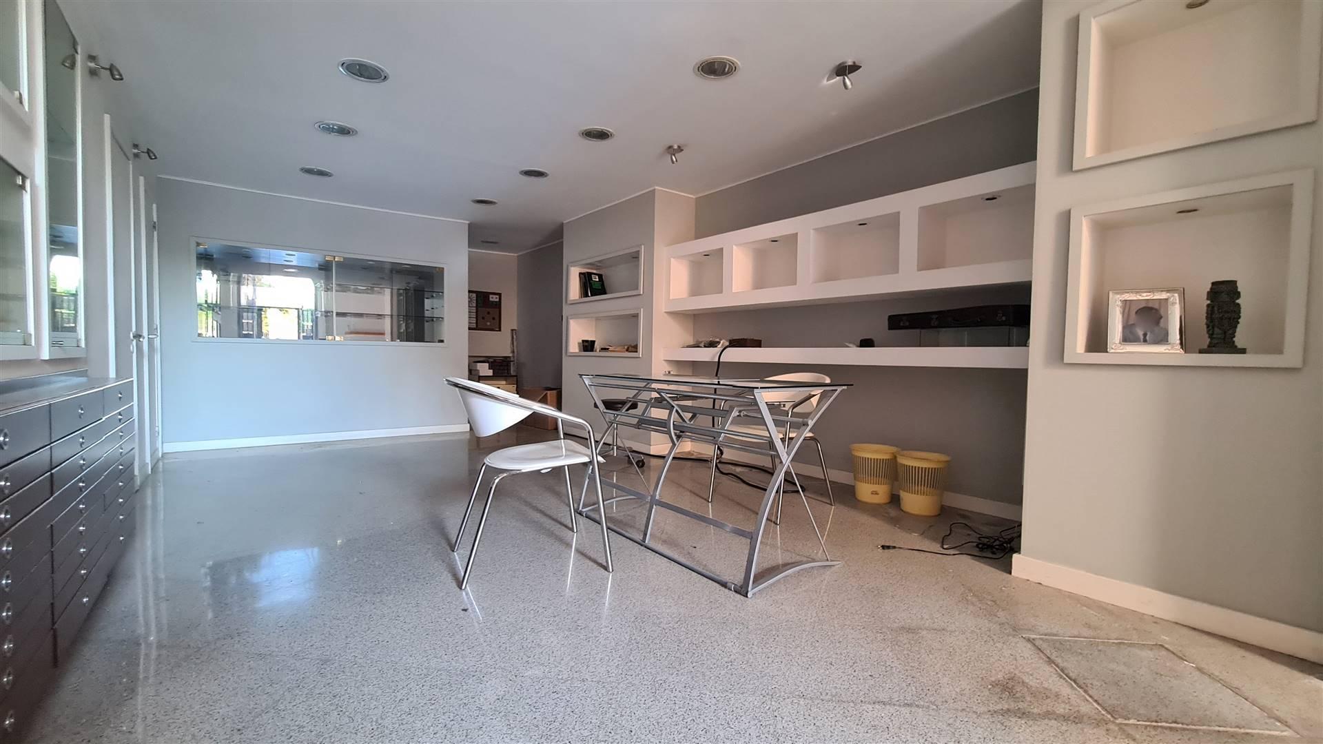 LF241-Locale Commerciale-SANTA-MARIA-CAPUA-VETERE-Corso-Ugo-de-Carolis