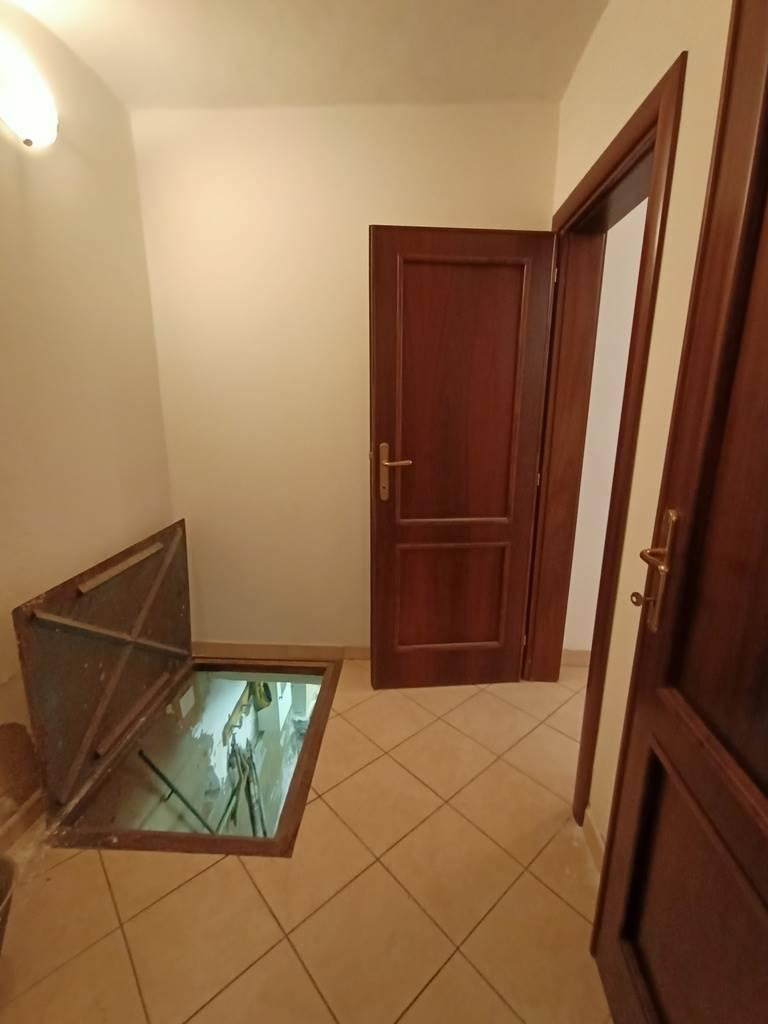 accesso al semi-interrato basement access