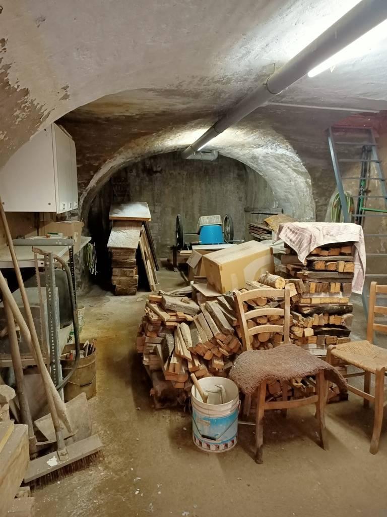 semi interrato basement