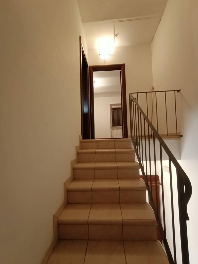 scalinata al piano secondo stairs to second floor