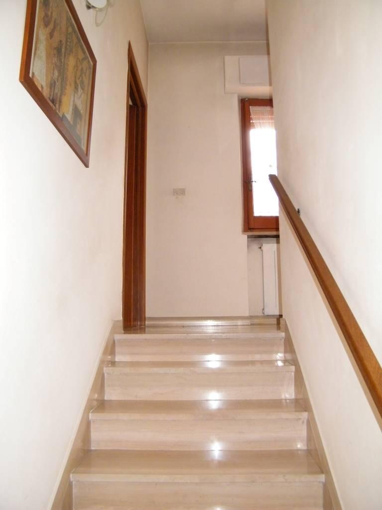 scalinata al 1°piano stairs to 1st floor