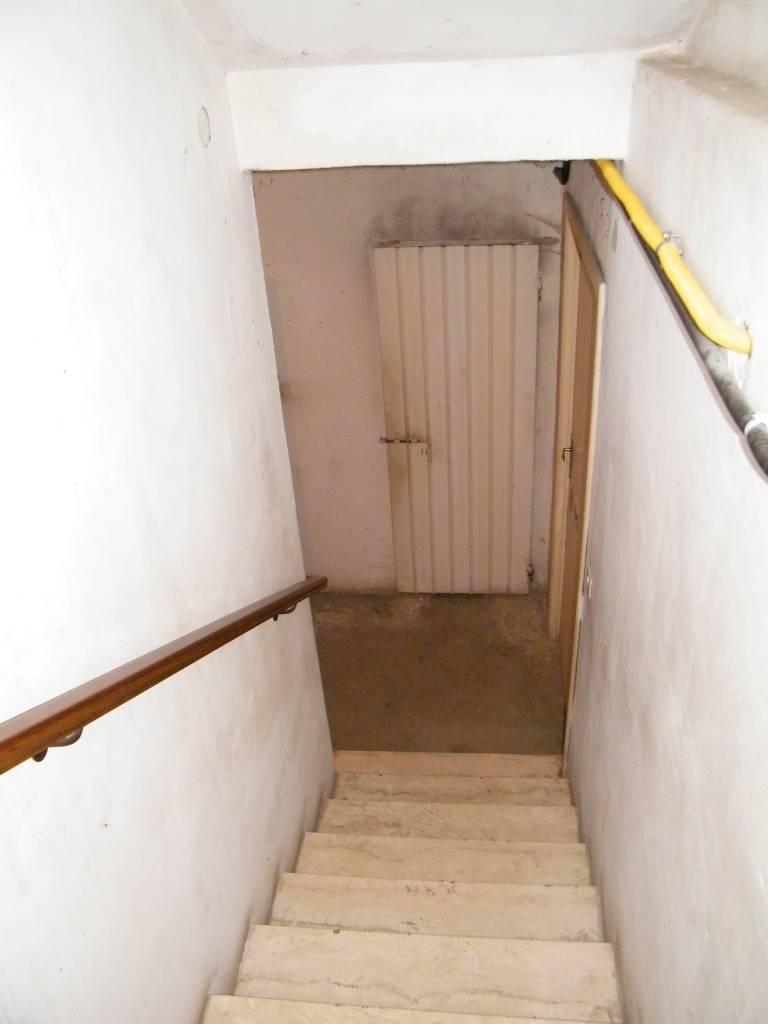 scalinata al piano seminterrato stairs to basement