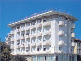 Rimini - Lungomare. Struttura alberghiera ubicata in prima linea sul mare, tra le più qualificate e tranquille della Riviera di Rimini, distante