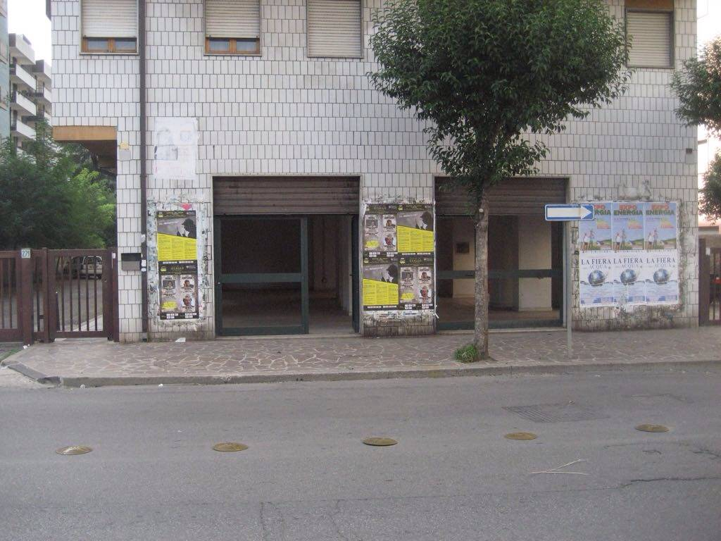 Cosenza-Via Panebianco- Locale commerciale open space, con otto vetrine, due fronte strada e sei laterali più servizi. Luminoso e centrale.