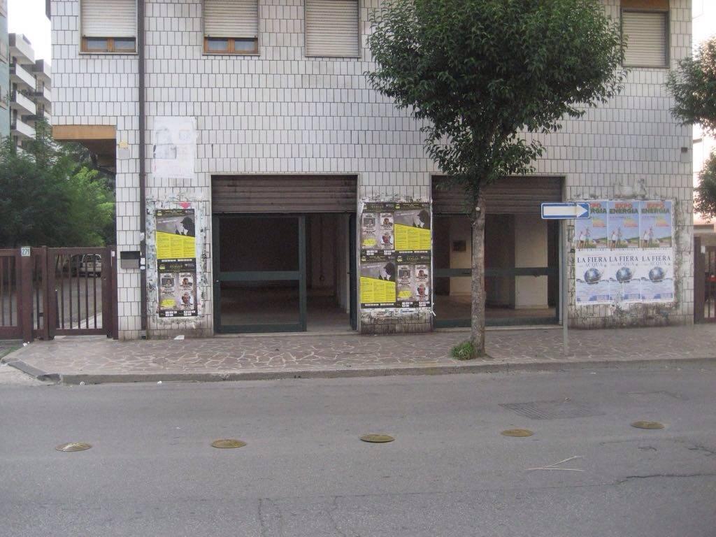 Cosenza-Via Panabianco- Locale commerciale open space, con quattro vetrine una fronte strada e tre laterali., sevizi. Luminoso e centrale.