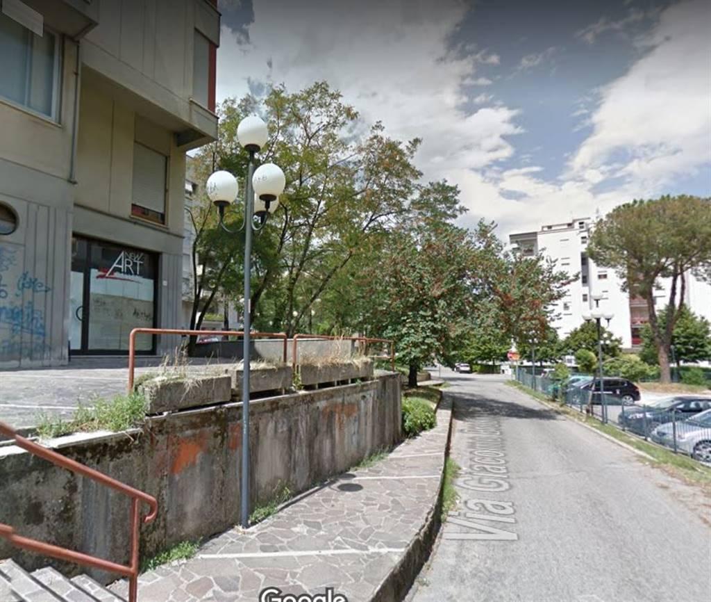 Roges di Rende-Piazza della Libertà- -alle spalle del rinomato Centro Commerciale Metropolis- Locale commerciale composto da un unico vano con bagno