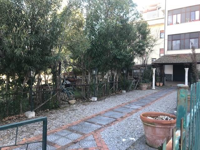 Cosenza- Via Beato Umile- Zona Via Panebianco. Locale commerciale di circa 90 mq con servizi e giardino privato di 200 mq. Ideale per attività