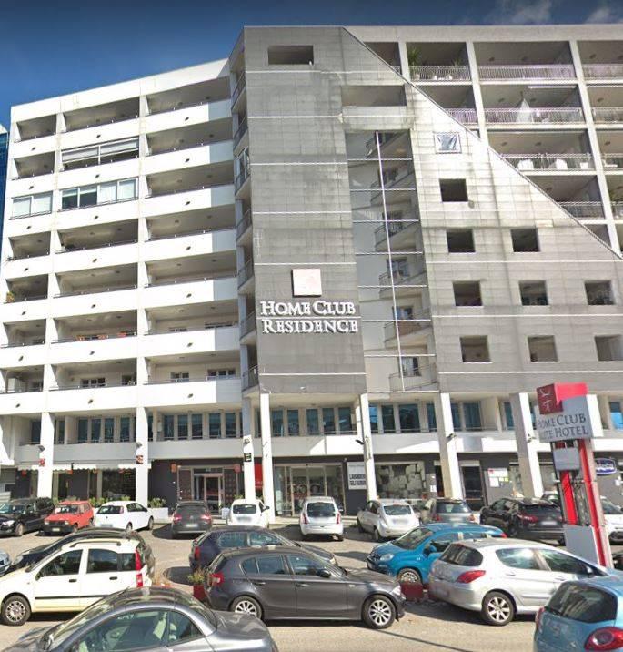 Cosenza centro - V.le G. Mancini Appartamento posto al piano primo e composto da ingrezzo su disimpegno, open space ampio e luminoso con vetrate,