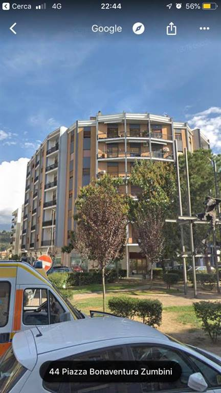 Cosenza centro - Piazza Zumbini. Appartamento signorile ubicato nei pressi del Tribunale, posto al 5 piano composto da: ingresso su ampio disimpegno