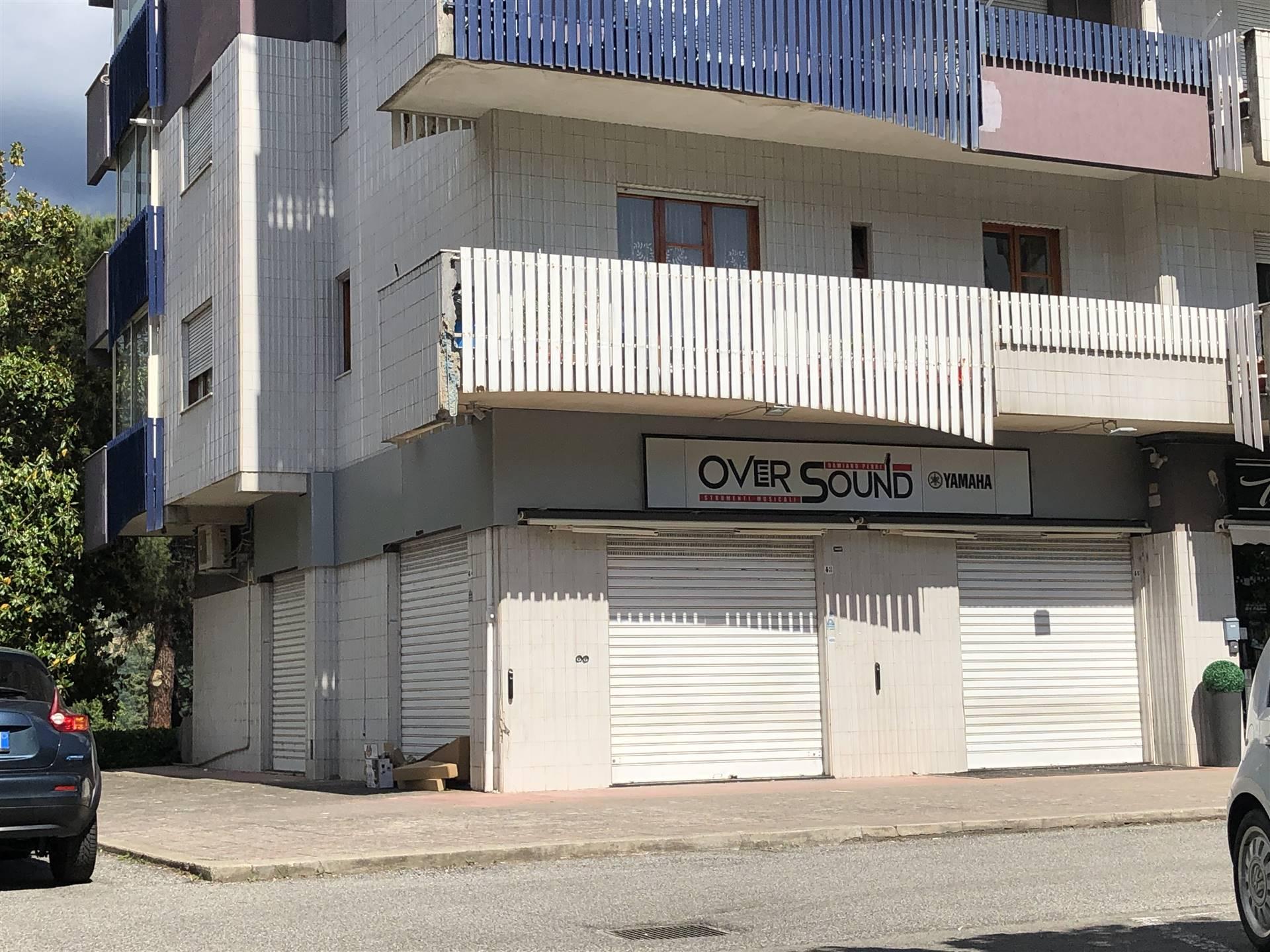 Roges di Rende - Via Crati. Locale commerciale ubicato fronte strada completo di 4 vetrine, due frontali e due laterali, munito di iampie vetrine.