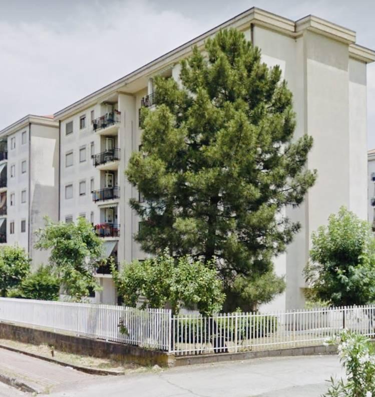 Rende-Viale dei Giardini- Appartamento posto al piano quinto, in complesso residenziale recintato, munito di box auto e così composto: ingresso su