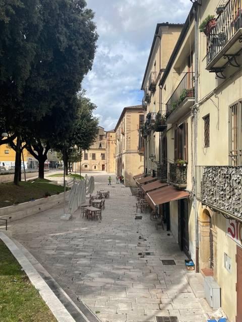 Appartamento nella bellissima Piazza Campanella a pochi metri da Corso Mazzini posto al primo piano di 98 mq ristrutturato e così composto : ingresso,