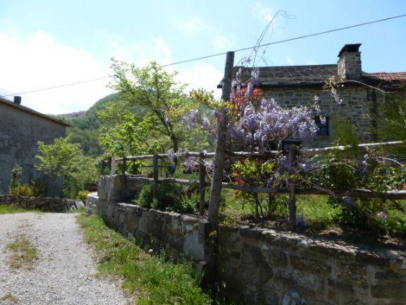 il borgo di fronte al rudere
