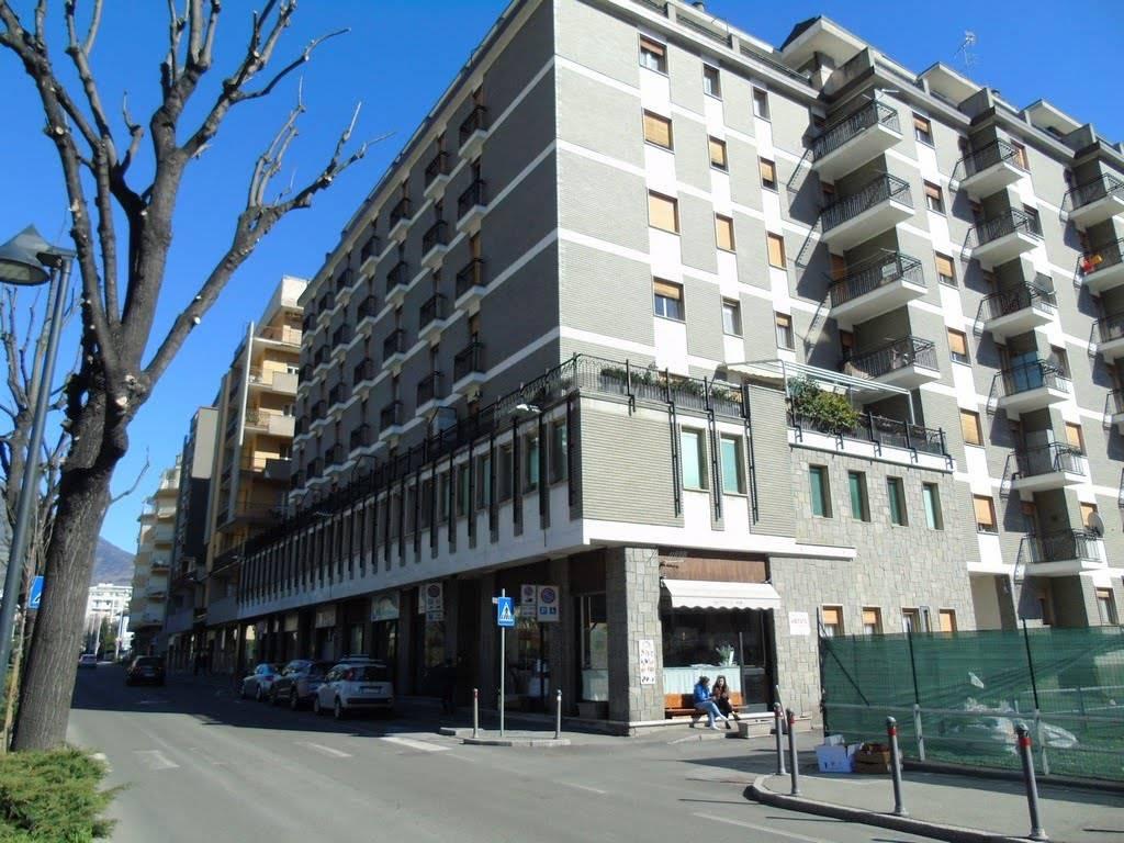 Trilocale in Via Saint Martin De Corléans, Centro, Aosta
