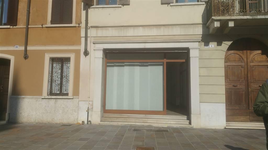 IN CENTRO MANTOVA via Vittorio Emanuele Piano terra, AFFITTIAMO negozio dalle grandi metrature , ad indirizzo commerciale con vetrina su strada di