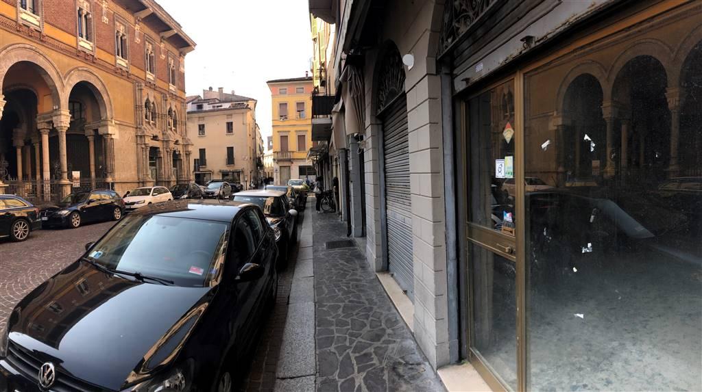 Negozio / Locale in affitto a Mantova, 3 locali, zona Zona: Centro storico, prezzo € 2.000   CambioCasa.it