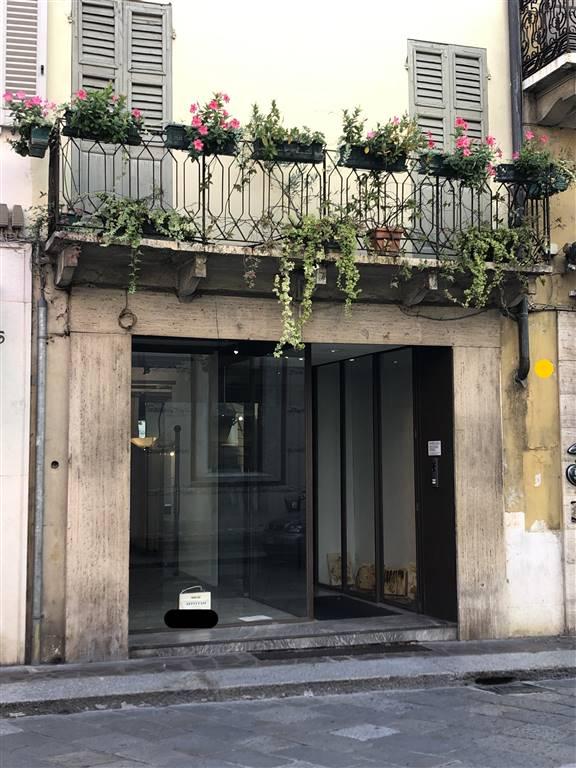 Negozio / Locale in affitto a Mantova, 2 locali, zona Zona: Centro storico, prezzo € 2.200   CambioCasa.it