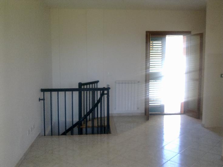 NIBBIAIA  villette a schiera su due livelli con ingresso, salone, 2 camere, angolo cottura, doppi servizi, 2 balconi giardino garage termoautonomo.