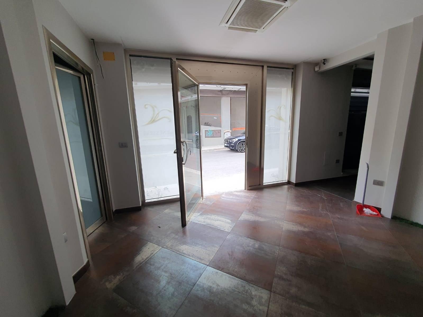 Immobile Commerciale in affitto a Altamura, 4 locali, zona Località: VIA CASSANO, prezzo € 1.100   CambioCasa.it