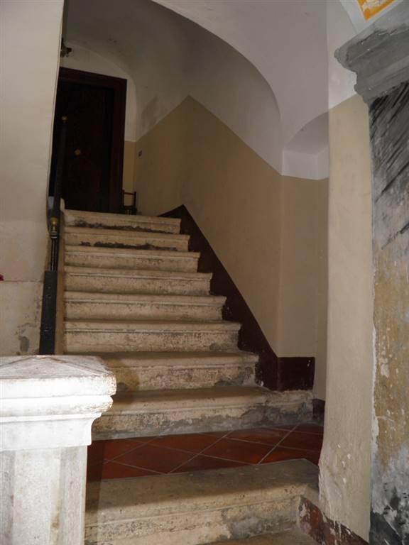 scalinata d'accesso ai piani