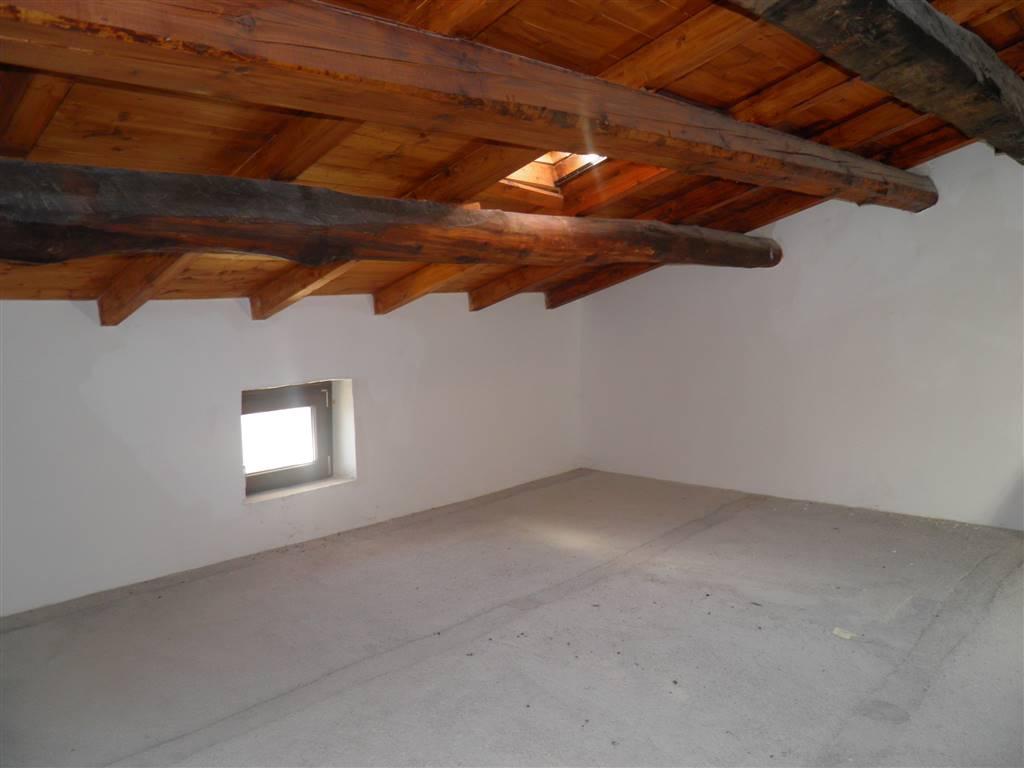 stanza 3 sottotetto con vasistas e finestra