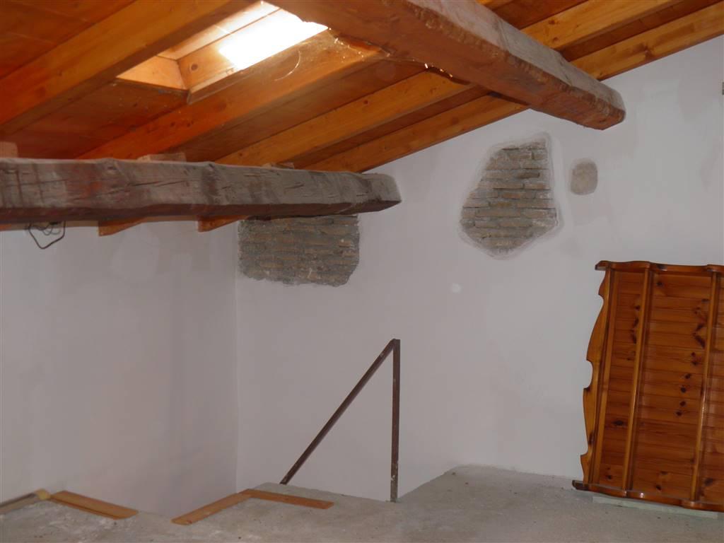 stanza 2  sottotetto con vasistas e finestra