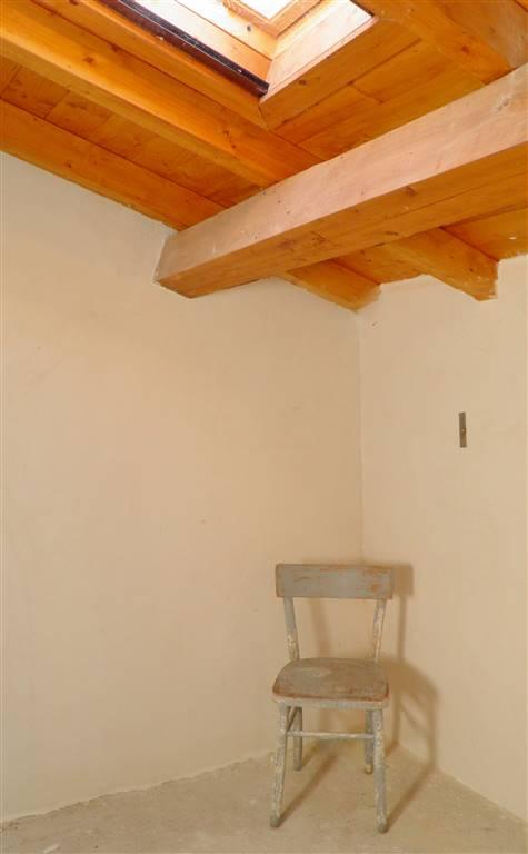 stanza 1 (ripostiglio) sottotetto con vasistas