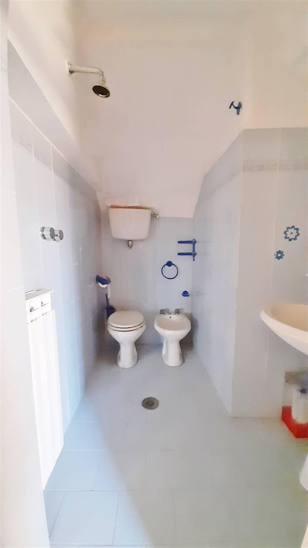 Toilette con doccia  a pavimento