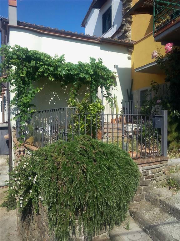 facciata con giardinetto
