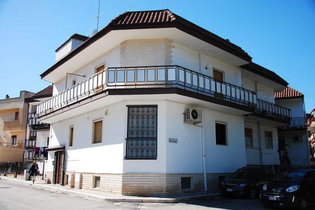 Vendita casa singola montrone adelfia ristrutturata for Casa con 2 camere da letto con seminterrato finito in affitto
