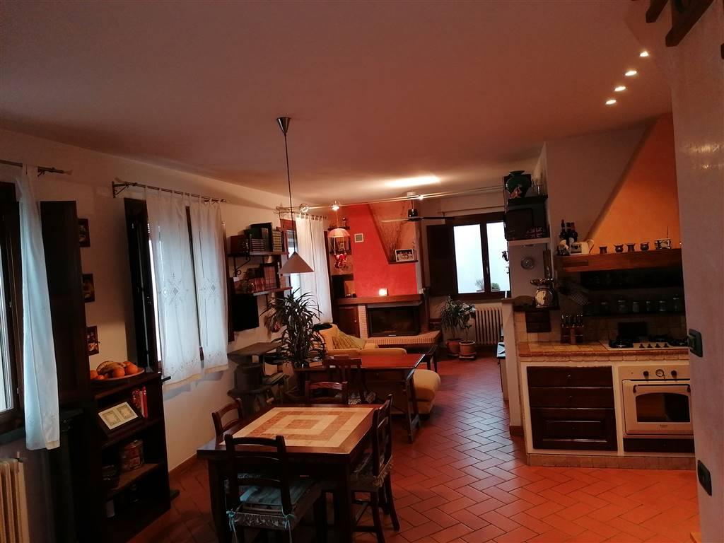 angolo cottura e sala da pranzo