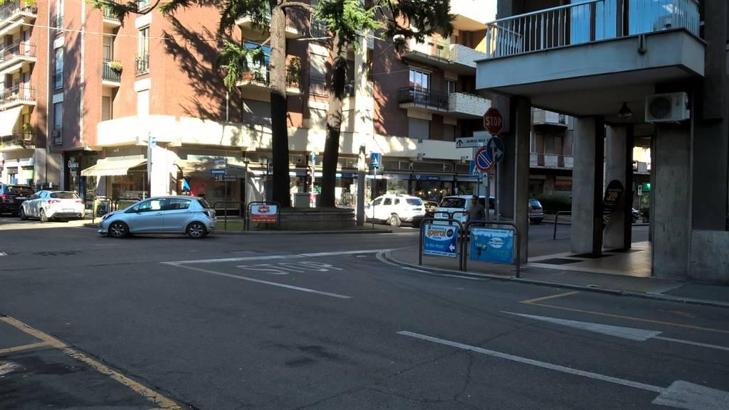 Saronno, immediate vicinanze centro storico e zona pedonale, situato in una posizione con ottima visibilità rispetto all'intenso passaggio auto della