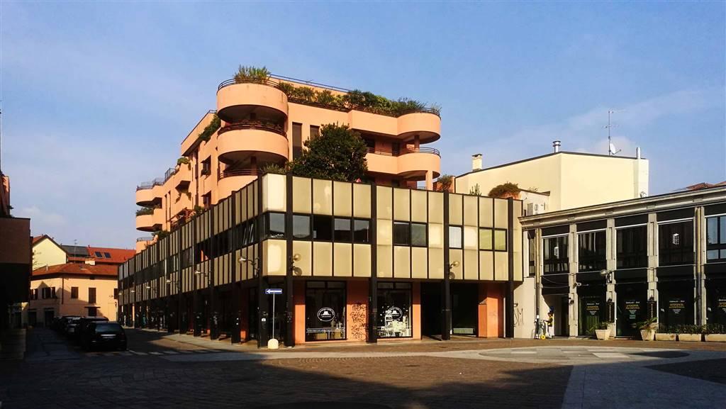 Saronno, centro storico pedonale, peraltro accessibile a tutti i veicoli nelle ore pomeridiane. La zona in cui è collocato il negozio mette in