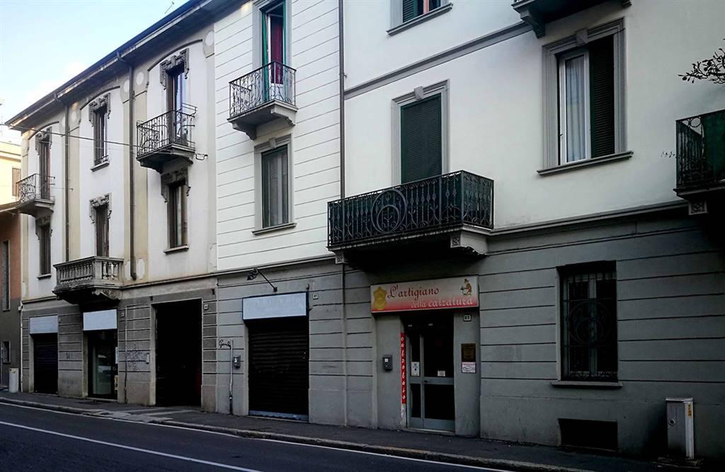 Saronno, via S. Giuseppe, immediate vicinanze Istituto Orsoline. La zona è molto frequentata sia dalle auto che dai pedoni e rimane nelle immediate