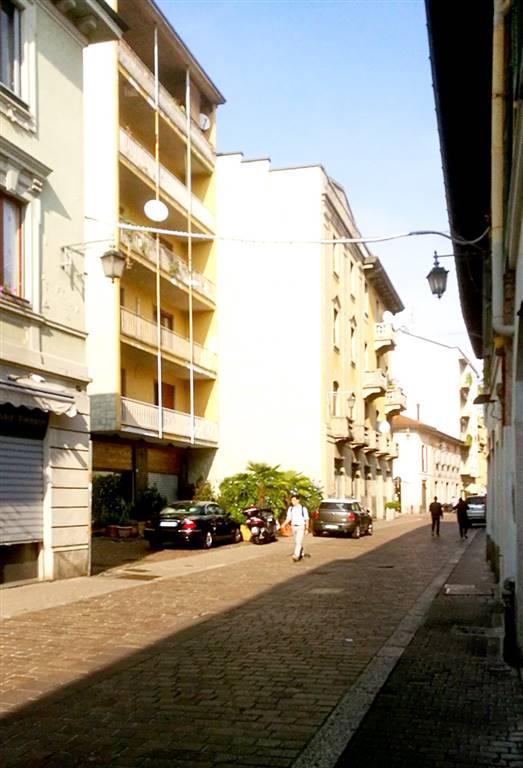 Saronno, centro storico pedonale, peraltro accessibile a tutti i veicoli nelle ore pomeridiane. In stabile affacciato sulla via Garibaldi, fra le più